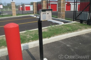Image of CubeSmart Self Storage - Crestwood - 4501 W 135th St Facility on 4501 West 135th Street  in Crestwood, IL - View 4