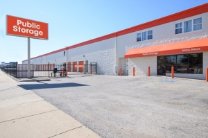 Public Storage - Chicago - 5778 N Northwest Hwy Facility at  5778 N Northwest Hwy, Chicago, IL