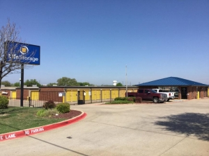 Image of Life Storage - Plano - Plano Parkway Facility on 4005 W Plano Pky  in Plano, TX - View 3
