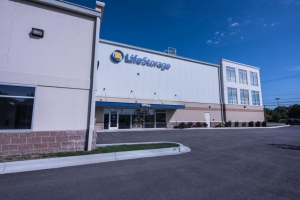 Image of Life Storage - Arlington Heights Facility on 1414 North Rand Road  in Arlington Heights, IL - View 3