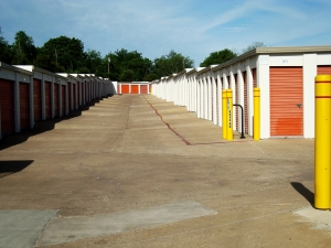 Image of American Harbor Self Storage Facility on 7227 South R. L. Thornton Freeway  in Dallas, TX - View 3