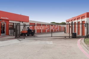 Image of Public Storage - Irving - 1520 W Irving Blvd Facility on 1520 W Irving Blvd  in Irving, TX - View 4