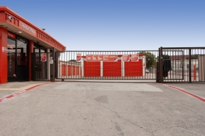 Image of Public Storage - Carrollton - 1707 South I-35 East Facility on 1707 South I-35 East  in Carrollton, TX - View 4