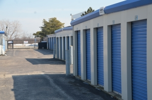 Image of Highway 41 Self Storage Facility on 300 OLD SKOKIE ROAD  in Park City, IL - View 4