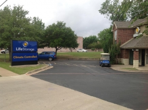 Image of Life Storage - Hurst Facility on 88 Grapevine Hwy  in Hurst, TX - View 2